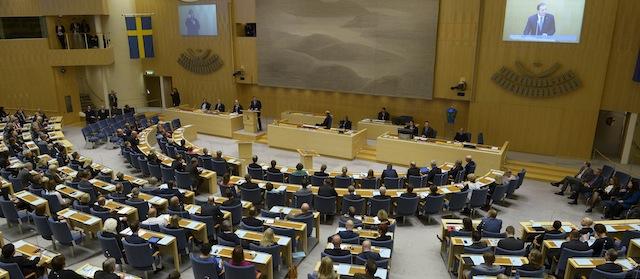 Il Parlamento Svedese proibisce l'obbligo di vaccinazione perché insicuro e molti bambini hanno reazioni gravi.