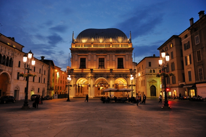 Brescia: molotov contro albergo per migranti. Fanno bene.