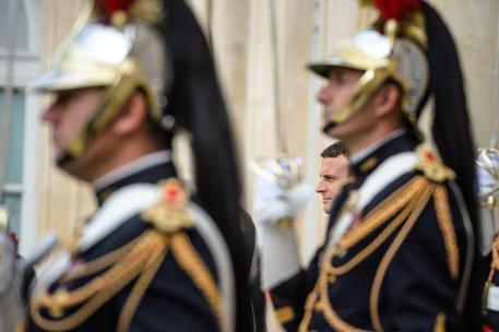 Popolarità di Macron in calo? E' colpa dell'Euro e della UE e lui lo sa.