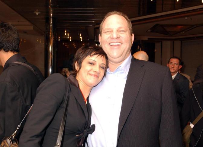 Asia Argento da il dito medio a chi la chiama troia, ma perché si butta addosso a Weinstein?