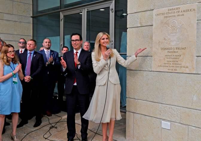 """La """"Puttana"""" di Ivanka Trump e il suo sorriso da hostess rendono l'occupazione della Palestina ancora più insopportabile."""