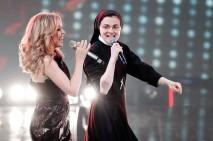 (KIKA) - MILANO - Ormai il mondo intero ha incoronato Suor Cristina nei panni di nuova divaeindiscusso fenomeno pop del momento.Ecco le immagini della prima diretta di The Voice of Italy, in cui Suor Cristina haduettato con la cantante australiana Kylie Minogue e, nonostante la chiara fama della Minogue, è stata Suor Cristina quellacapace di accentrare su di se tutte le attenzioni. Persino ilNew York Times le ha dedicato la prima pagina, proprio oggi.Suor Cristina ha cantato con l'ospite dellaserata il brano In your eyese Can't get out of my head, ricevendo l'ormai immancabile tripudio di applausi.