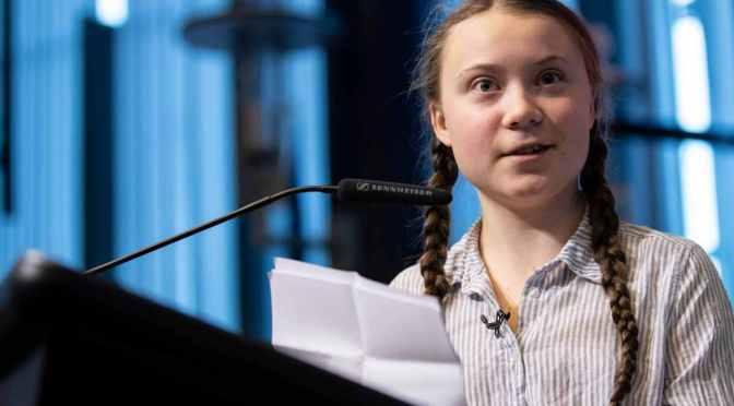 Greta Thunberg è la prova che i massoni non si vergognano di niente. Autistica, sottosviluppata e controllata dalla madre furba. Un automa.