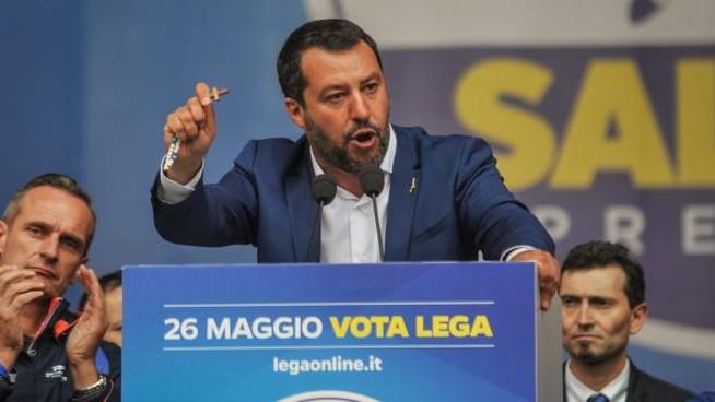 Salvini sventola il rosario al comizio e parla di salvare vite umane: il paese è ubriaco.