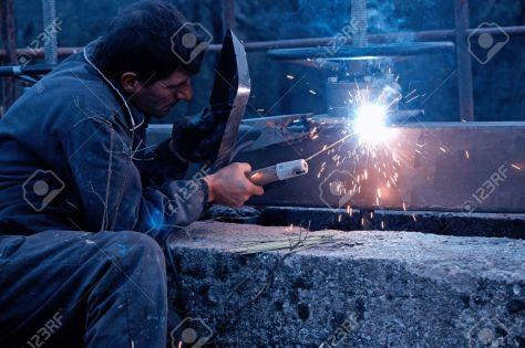 14159060-un-ouvrier-métallurgiste-de-la-construction-métallique-de-soudure-sur-le-site