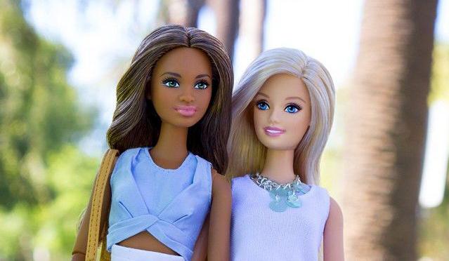 Rula e Diletta: sembrano due Barbie che vogliono abolire la plastica – tranne quella di cui son fatte loro –